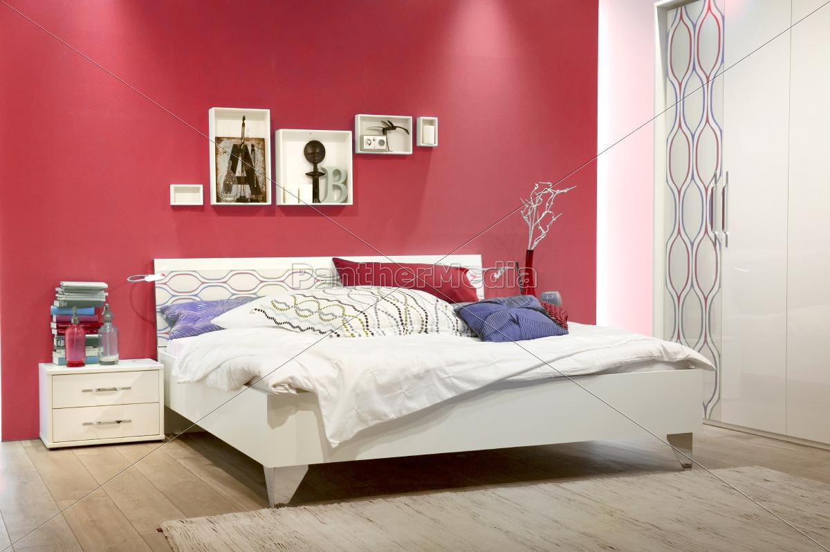 Weißes Schlafzimmer mit roter Wand - Lizenzfreies Foto - #9362304 ...