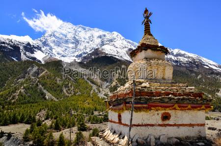himalaja bergblick mit buddhistischen kapelle stupa