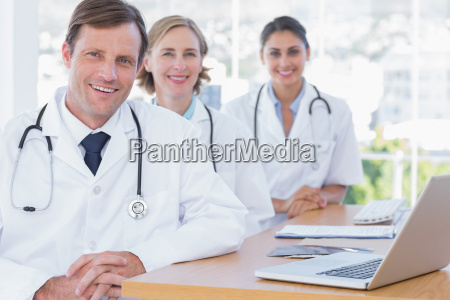 arzt mediziner medikus frau buero laptop