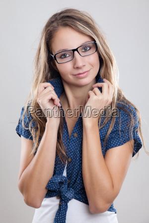 nette frau mit brille