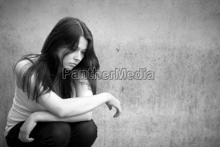 portrait eines nachdenklichen traurigen maedchens