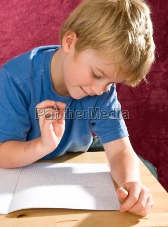 schreibender junge