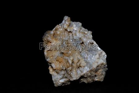 mineralien calcit auf schwarz