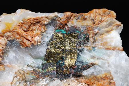 mineralien mit pyrit und quarz detail