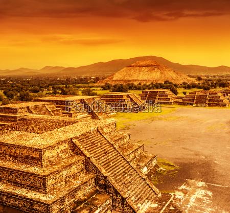 pyramiden von mexiko ueber sonnenuntergang