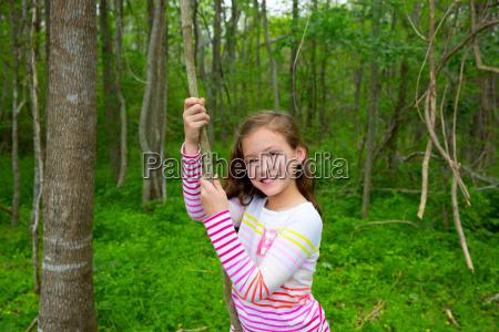 glueckliches maedchen spielt im waldpark dschungel