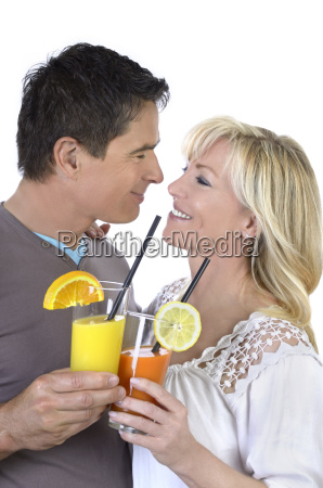 reifes paar feiert mit cocktails