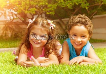 glueckliche kinder die auf gruenem gras