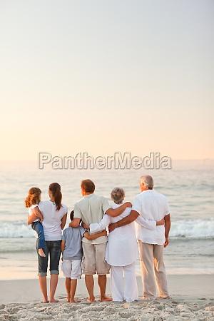 schoene familie am strand