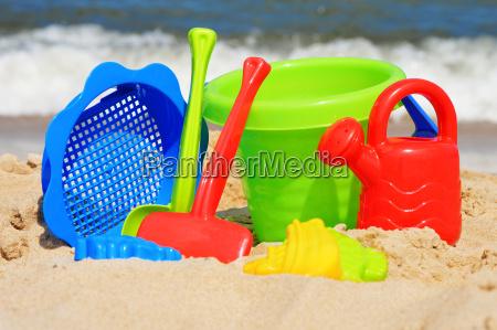 kunststoff kinderspielzeug auf dem sandstrand