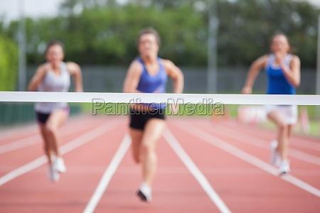 athleten rennen in richtung ziellinie