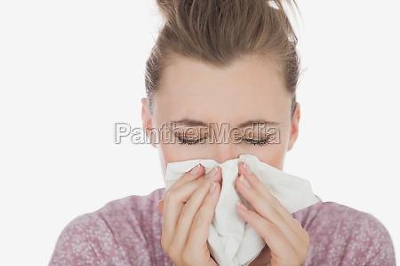 junge frau leidet an kalten