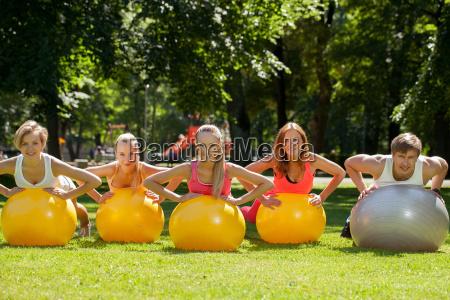 junge kaukasiern in einem park ausarbeitet