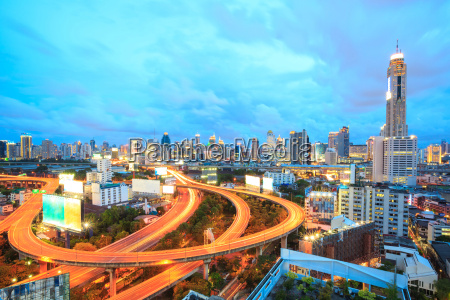 bangkok autobahn in der abenddaemmerung