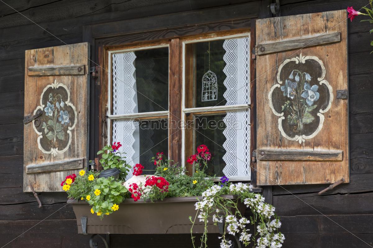 Fenster Einer Almhutte Mit Blumenkasten Stockfoto 9588390