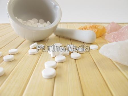schuessler salze mit moerser aus porzellan