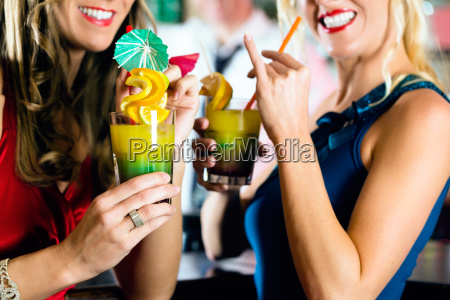 frauen mit cocktails in club oder
