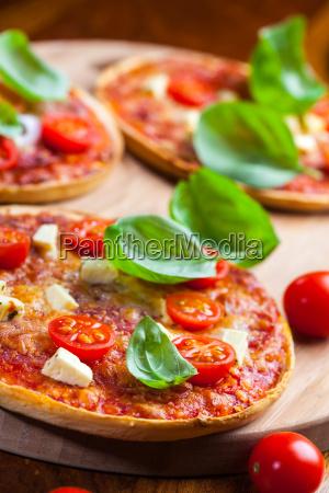 traditionelle pizza mit mozzarella und salami
