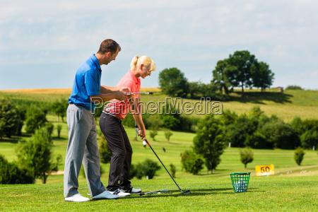 junge golf spielerin am golfplatz