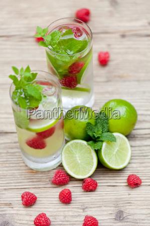 sommerliches erfrischungsgetraenk limonade mit limette