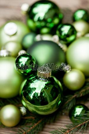 festliche weihnachts dekoration in gruen auf