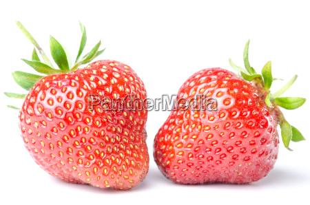 zwei erdbeeren isoliert vor weiss