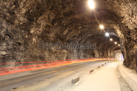 schmaler beleuchteter tunnel in gibraltar