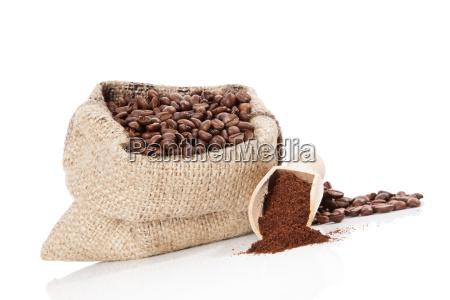 sack mit kaffeebohnen isoliert auf weiss