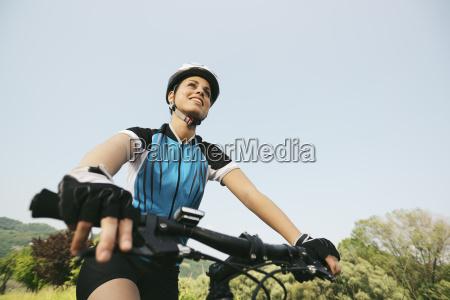 junge frau trainiert auf mountainbike und