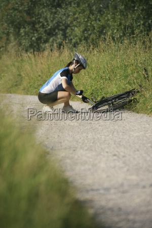 training der jungen frau auf mountainbike