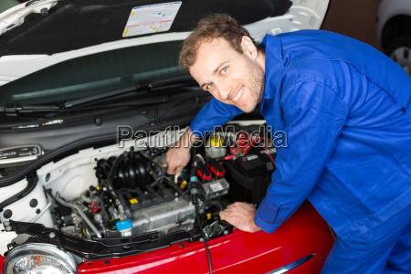 kfz mechatroniker repariert auto