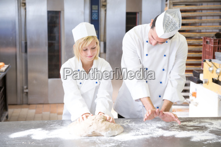 baker anweisung lehrling in brotteig kneten