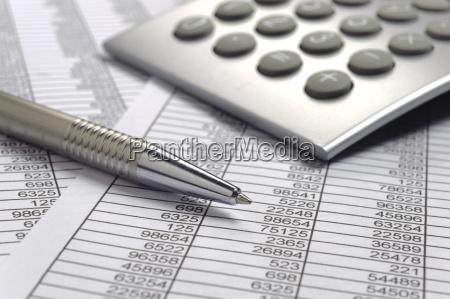 kalkulation mit taschenrechner und stift