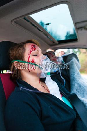 autounfall verunglueckte in einem autowrack