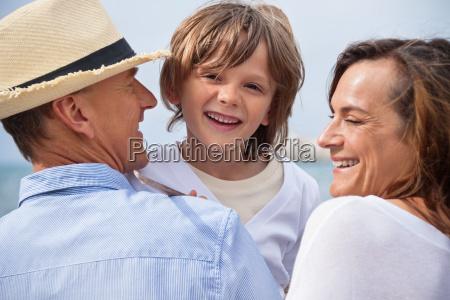 glueckliche familie mit kinder im sommer