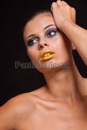 junge attraktive frau mit gelben lippenstift