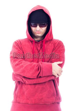 selbstbewusster mann in hoodie und sonnenbrille