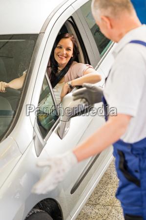 mechaniker sprechen mit autobesitzer