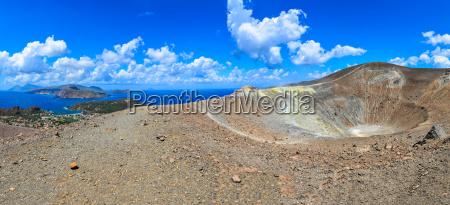 panoramablick von vulkankrater und lipari inseln