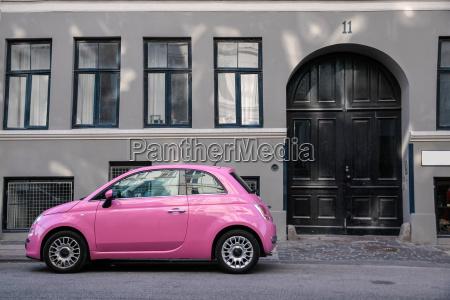 lustiges rosa auto