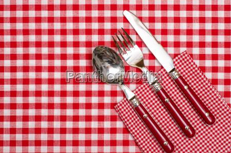 besteck aus rotem messer gabel und