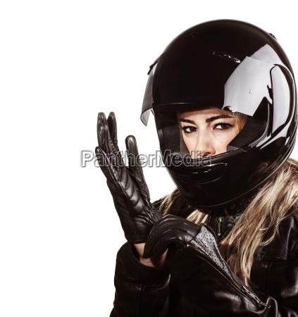 frau traegt motorsport outfit