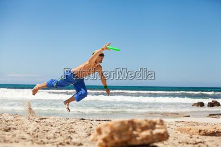 junger sportlicher mann im sprung beim