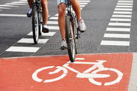 fahrradverkehrsschild und fahrradfahrer