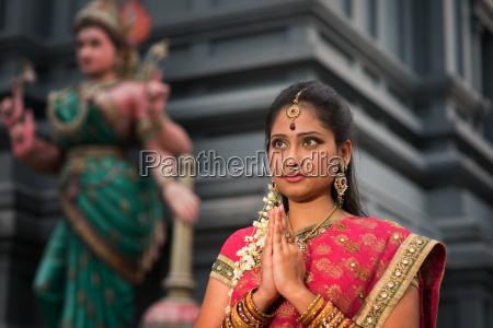 junge indische frau zu beten