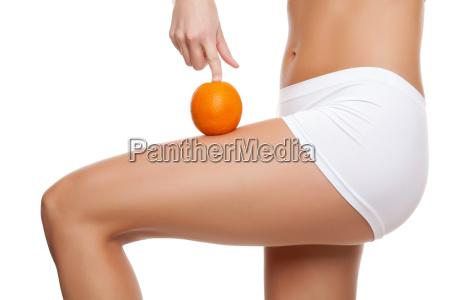 frau mit einem orangefarbenen eine perfekte