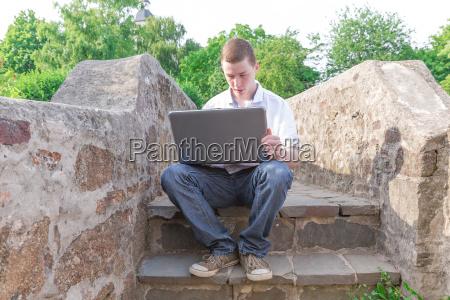 junger mann laptop 6
