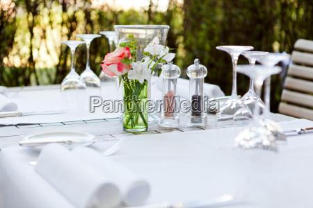 gedeckter tisch im restaurant servietten glaeser