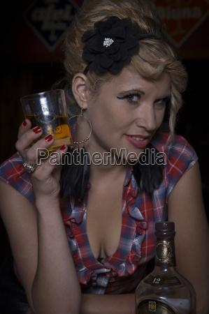 lady mit whiskyglas