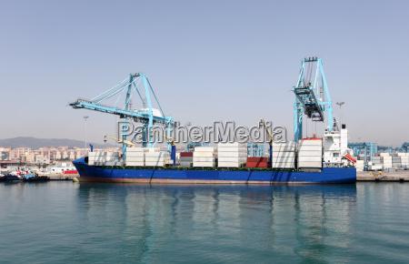 containerschiff im industriehafen